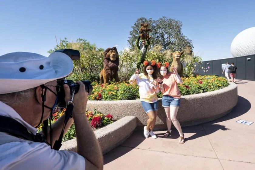 """Invitados tomando una foto frente al topiario """"El Rey León"""" en el Festival Internacional de Flores y Jardines Taste of EPCOT"""