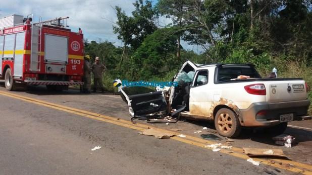 Vídeo: Colisão entre carro e carretas mata homem e fere outras duas pessoas na BR-364, em Candeias