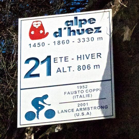 Vsak ovinek na Alpe d`Huez je opremljen s takšnimi tablami.