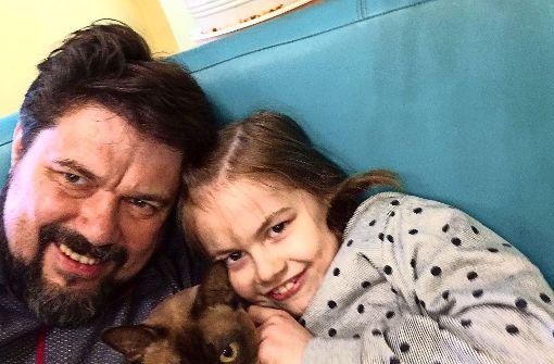 Thomas Karzelek vor wenigen Tagen mit seiner Tochter im Kinderhaus in Legnica. Den aktuellen Aufenthaltsort von Lara kennt der Vater nicht. Foto: privat