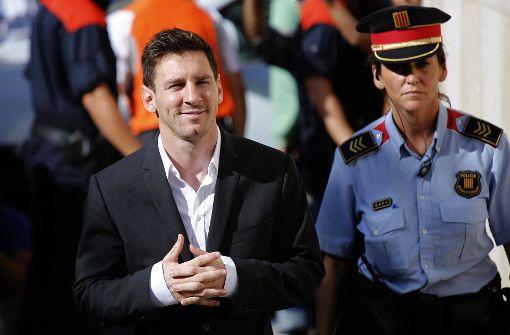 Lionel Messi (links) im Jahr 2013, als er vor Gericht erschien, um Fragen in einem Fall von Steuerbetrug in Gava, in der Nähe von Barcelona zu beantworten. Foto: AP