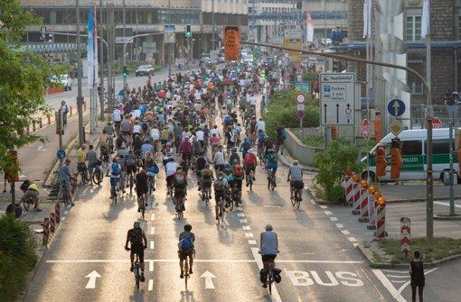 Trotz der Hitze im Kessel: Hunderte waren bei Critical Mass in Stuttgart. Foto: dpa