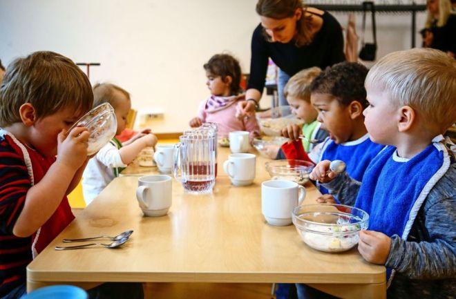 Die Kita Sportnest ist engagiert in allen Bereichen: Im Rahmen eines Programms einer Krankenkasse lernen die Kinder unter anderem, sich ausgewogen zu ernähren. Foto: factum/Simon Granville