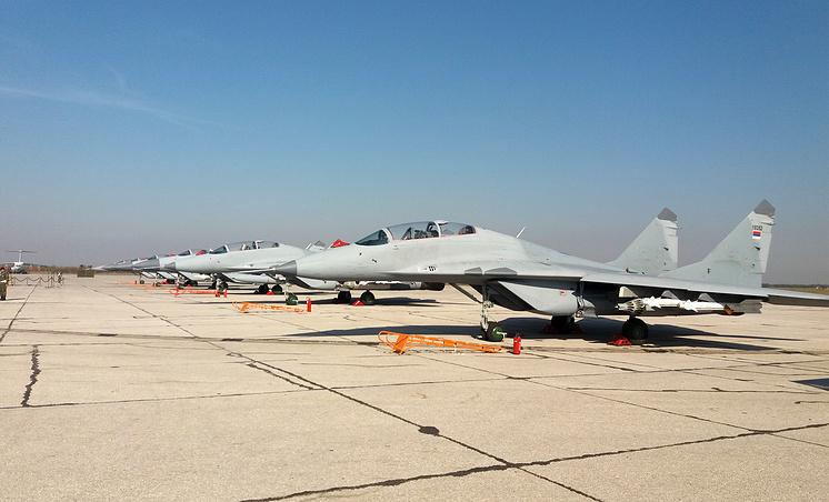 Шесть истребителей МиГ-29, подаренные Россией Сербии на параде в Белграде