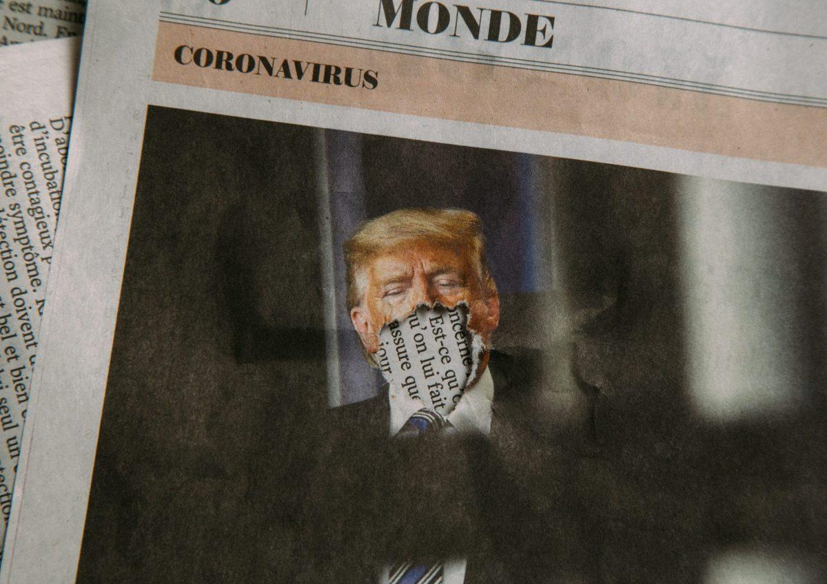 Un quotidiano con immagine rovinata di Donald Trump