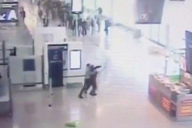 Überwachungsvideo soll Angriff im Flughafen Paris-Orly zeigen