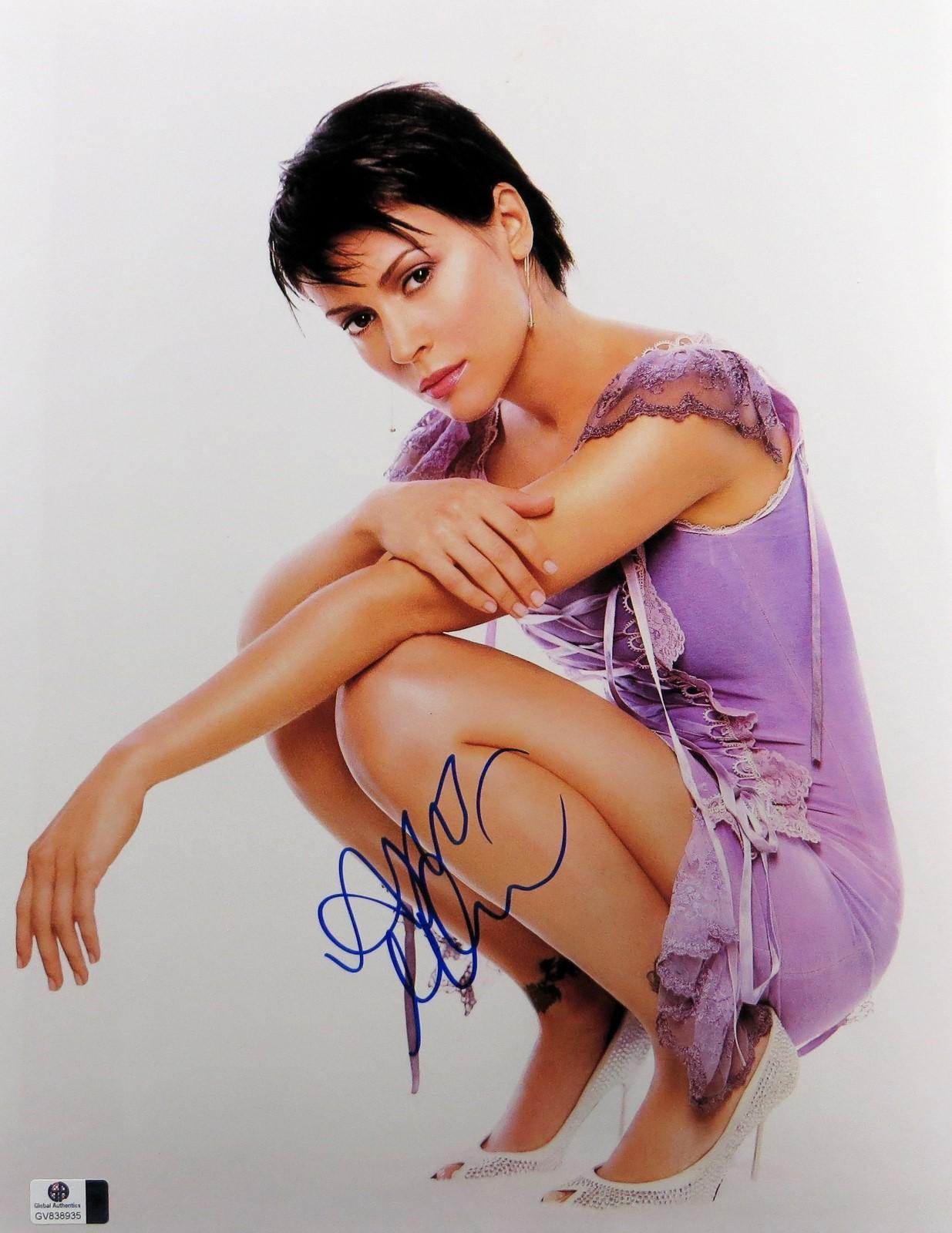 alyssa milano signed autographed 11x14 photo gorgeoue sexy short hair gv838935