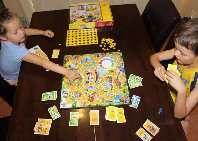 5 Ways to Play Game of LIfe Junior   Hasbro Games   Mumtastic Game of Life