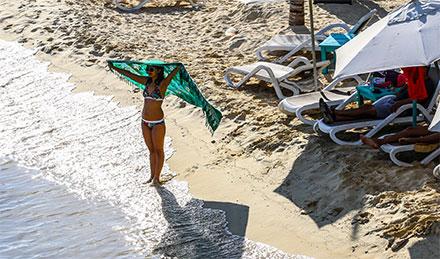 Una turista toma el sol en la playa