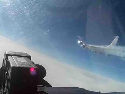 Un caza ruso intercepta a un avión de EU