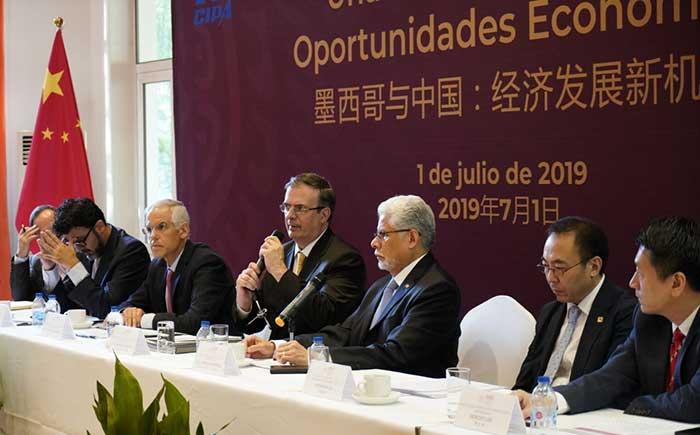 El canciller Marcelo Ebrard (centro) al encabezar seminario de negocios en China. Foto: Especial