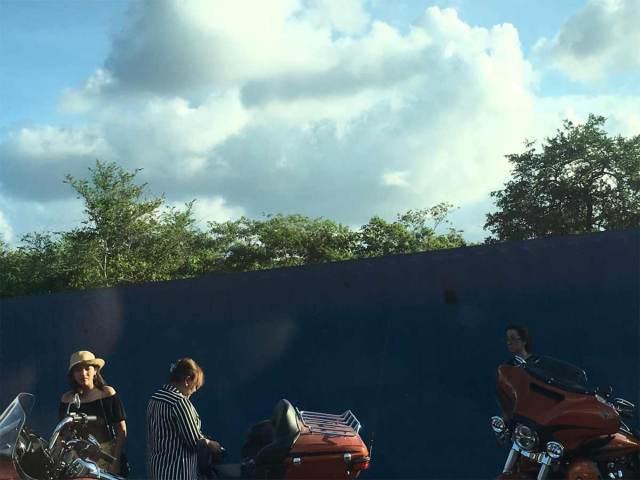 Un tráiler, con doble semi remolque, se llevó a su paso a motociclistas y chocó contra los baños de mujeres y hombres en la Caseta de Plan del Río