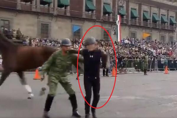 se cayó del caballo