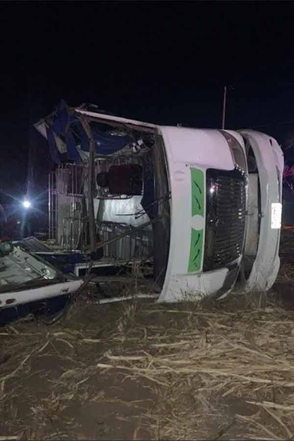 En choque se desprende techo de bus y pasajeros salen expulsados