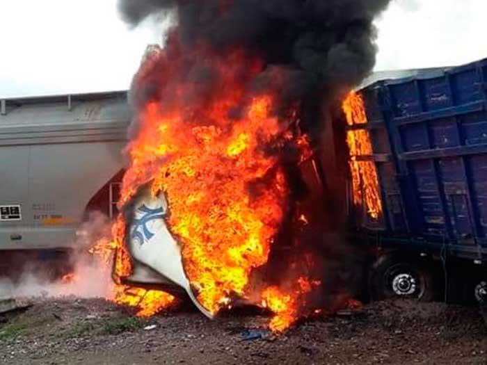 En Tlaxcala un tráiler se impactó contra el tren y se incendió.  Foto: Especial
