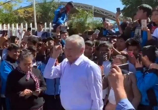 Resultado de imagen para Todos los alumnos de prepa van a recibir mil 600 bimestrales: López Obrador