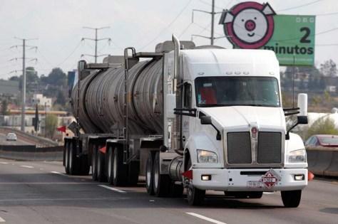 Resultado de imagen para Roban pipa con 64 mil litros de gasolina