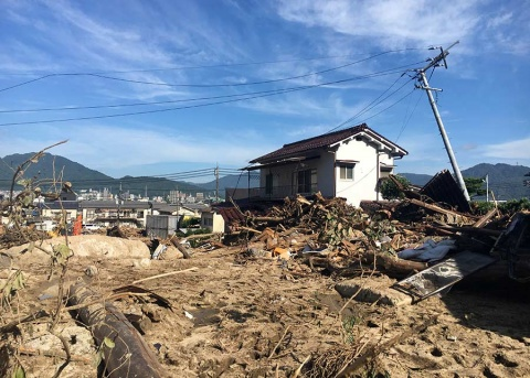 Primer ministro de Japón visita a damnificados; suman 179 muertos
