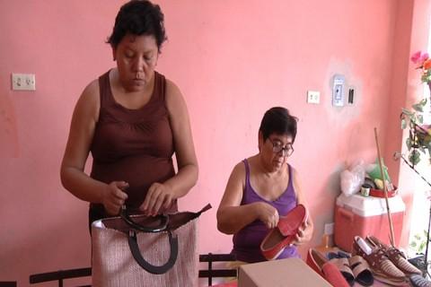 En su taller de ensamble trabajan siete personas, además, de otras 40 mujeres del interior del estado quienes hacen los tejidos. Foto: Flor Castillo/ Corresponsal
