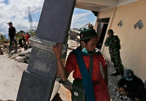 Casi 2 mil muertos en Indonesia tras sismo y tsunami