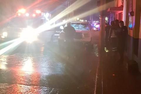 Las tres personas murieron en el interior del vehículo marca Toyota, tipo Tundra y de color blanco quedó varado en la calle Matamoros esquina con Galeana. Foto: Especial