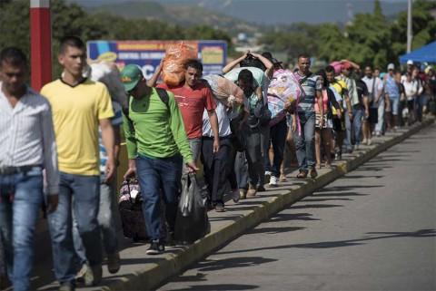 Venezolano camina hasta Argentina para ver nacer a su hijo