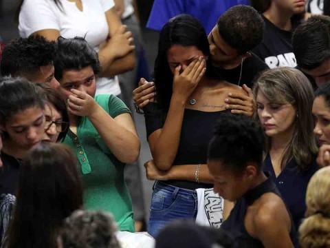 Realizan funeral colectivo para víctimas de matanza en Brasil