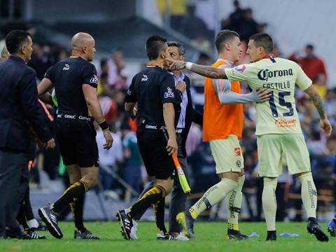 El árbitro Francisco Chacón recibió reclamos de varios jugadores