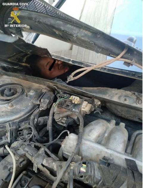 Caen migrantes escondidos en guantera de autos