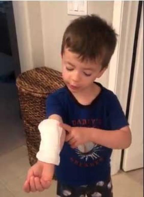 Niño cubre herida con toalla sanitaria y explica que es 'curita gigante'