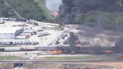 Se descarrilla tren de carga en EU y causa incendio