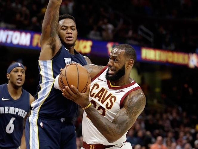 LeBron James terminó con 34 puntos y 12 asistencias (AP)