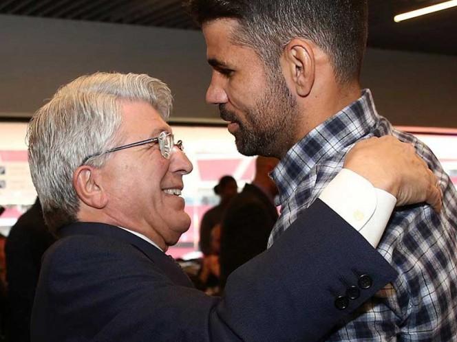 El presidente del equipo Enrique Cerezo dándole el abrazo navideño a Diego Costa, que regresó este año al Atlético de Madrid (EFE)