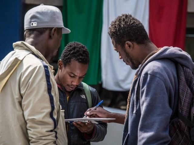 El Gobierno de México resaltó que por razones humanitarias se autorizó el ingreso de algunos solicitantes de asilo mientras se efectúa su audiencia con las autoridades correspondientes.