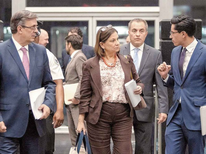 The Secretary of Foreign Affairs, Marcelo Ebrard, the ambassador of Mexico in the United States, Martha Bárcena, and the spokesman of the Mexican Foreign Ministry, Roberto Velasco, leaving one of the meetings they had yesterday with US negotiators.  Photo: EFE