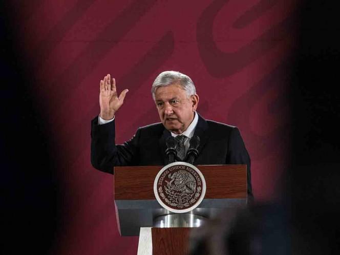 Llama López Obrador a no violar la ley cerrando casetas
