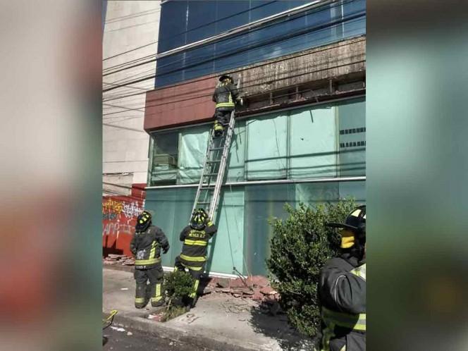Se desprende acabado de edificio en la BJ; hay 2 heridos