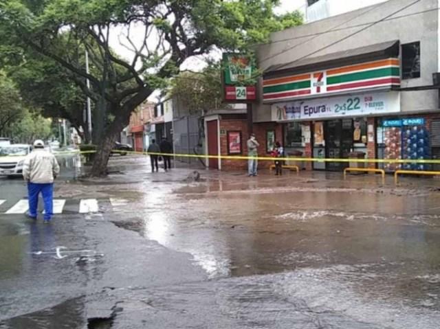 Se registra mega fuga de agua en Miramontes; afecta 15 casas y un negocio