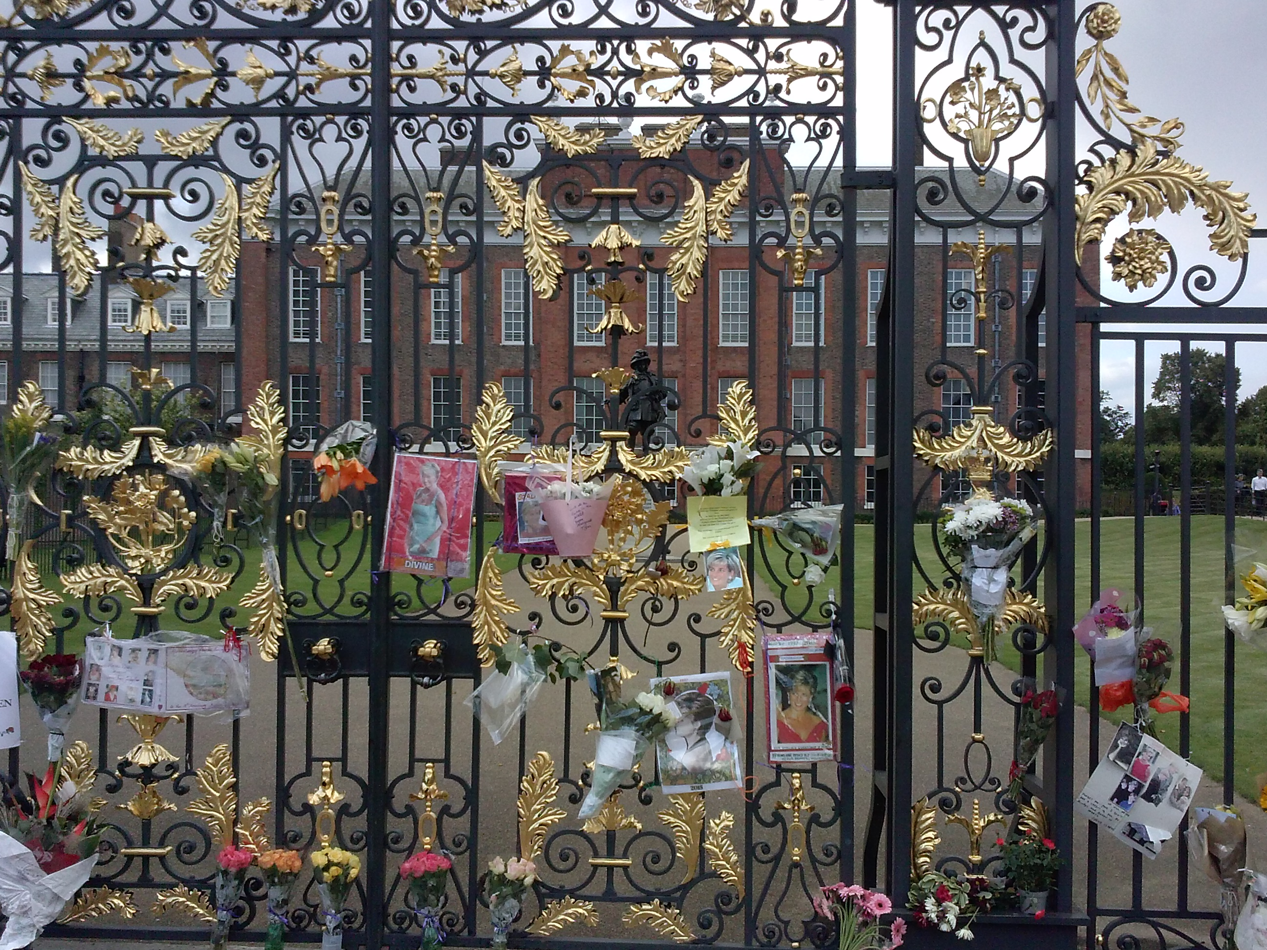 CAPAStudyAbroad_London_Fall2015_From_Alyssa_Reimenschneider_-_orientation_post_-_kensington_palace.jpg