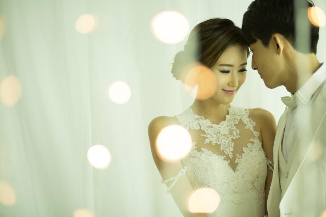 5b7de78edc9c16 Wedding Photography Tips: Capturing The Groom's 'First Glance'