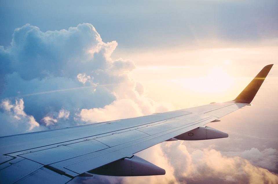 Asa de avião e céu aberto