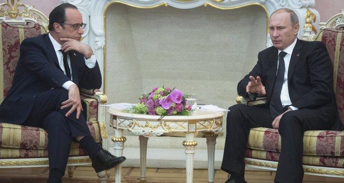 Russian President Vladimir Putin (right) and French president Francois Hollande