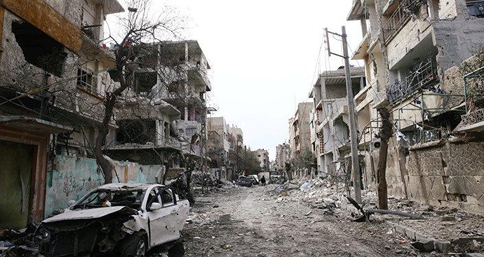 損傷した車と建物は、ドゥマ、東部Ghouta、ダマスカス、シリアの包囲された町で見られます