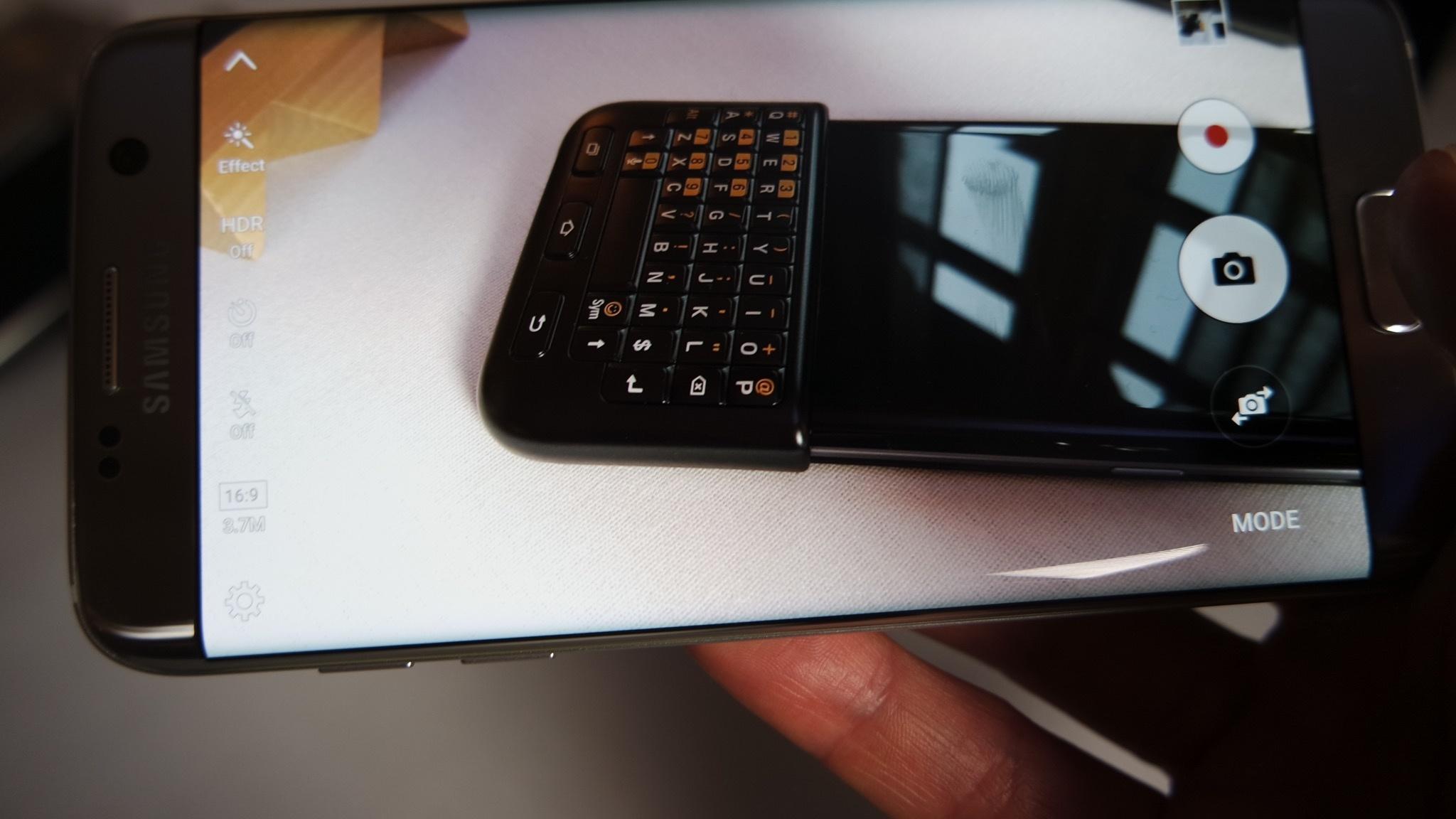 Samsung Galaxy S7 Edge haciendo foto a teclado con la imagen en pantalla
