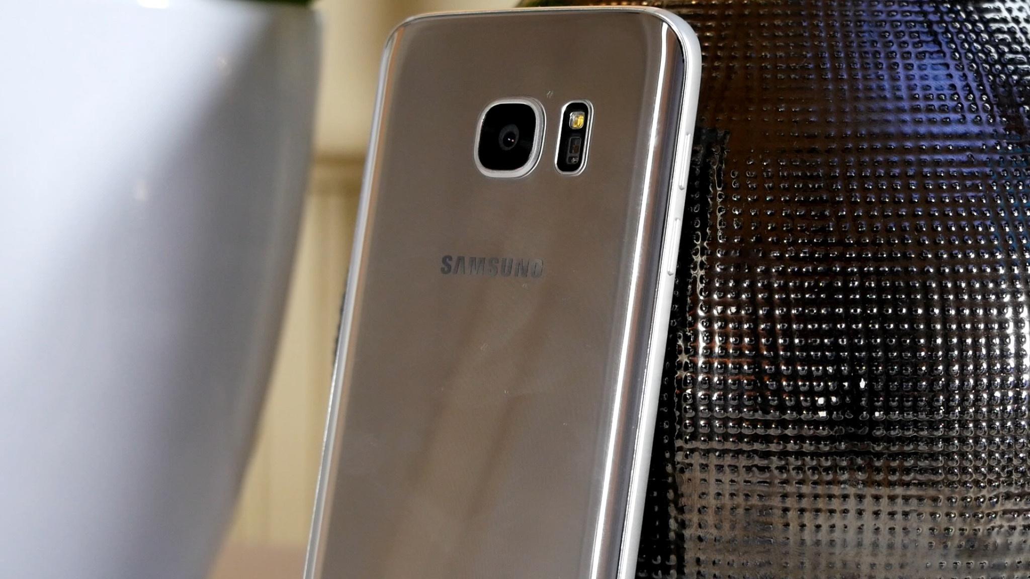 Samsung Galaxy S7 dorado por detrás