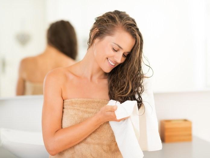El amarrarse el cabello mojado puede provocar la creación de hongos en nuestro cuero cabelludo.