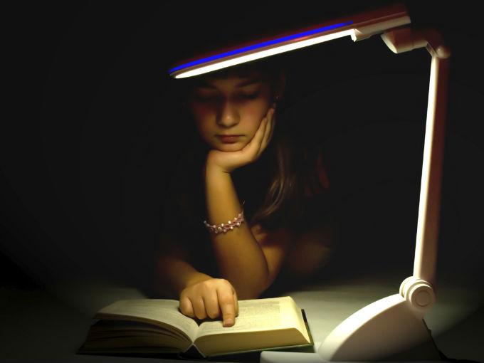 Resultado de imagen de Es malo leer con poca luz