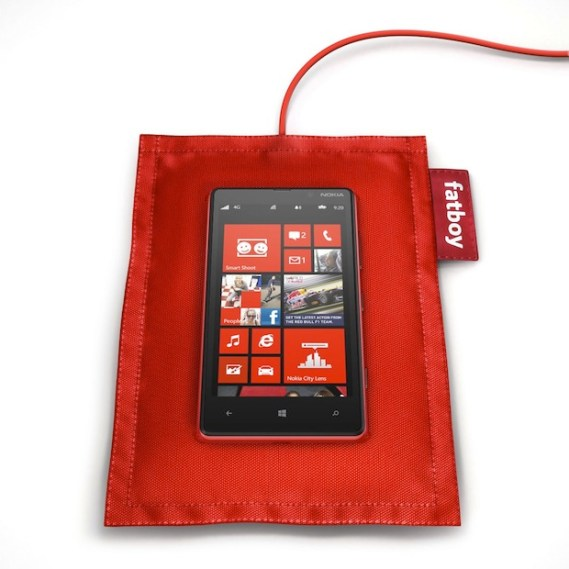 fatboy-rechargeable-pillow-dt-901-with-nokia-lumia-820