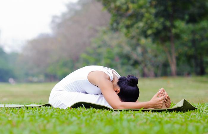Fácil-Yoga-Poses-Para-Tratar-Ansiedade6