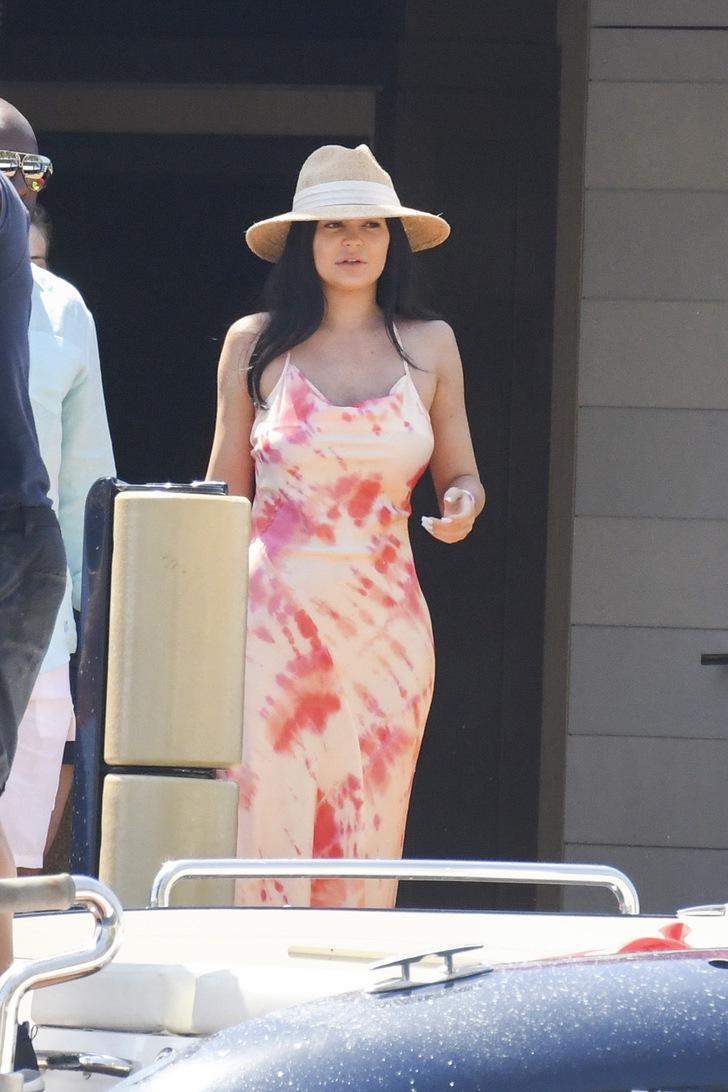 kardashian sin maquillaje4 - 17 veces en que las Kardashian se mostraron sin maquillaje. Kim intentó cubrirse la cara